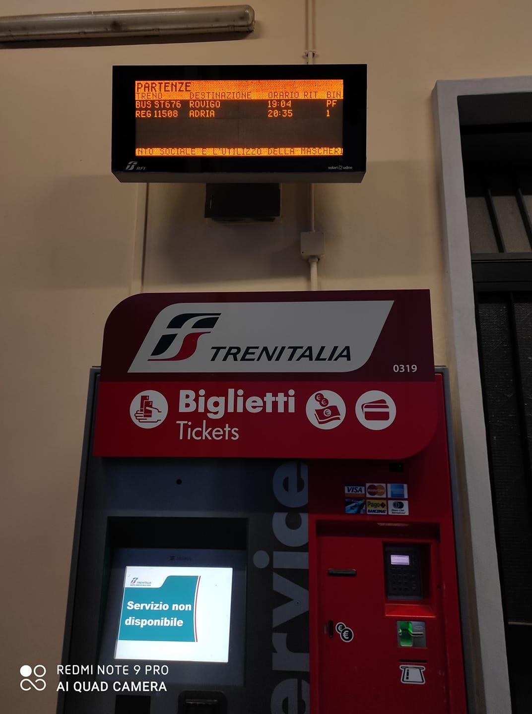 La biglietteria automatica all'interno della stazione di Chioggia